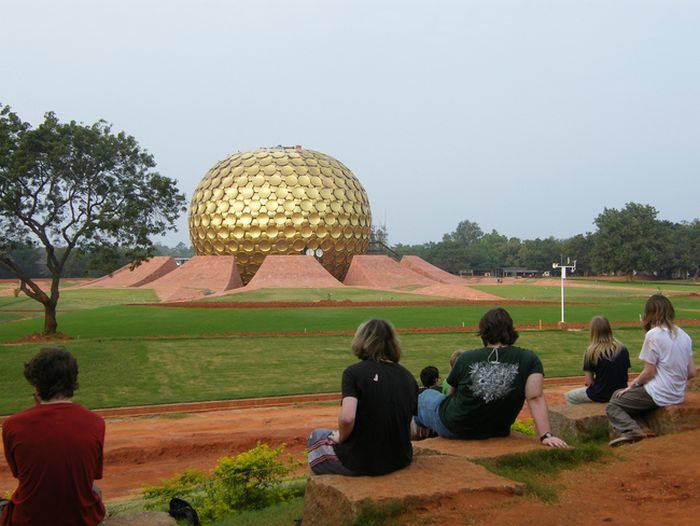 Locuitori din Auroville privesc spre domul central al acestui bizar sat-oraș experimental.jpg