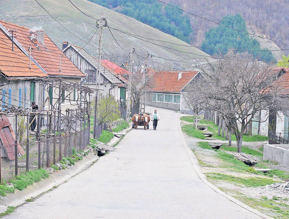 """Satul românesc, ultimul """"bastion rural"""" din Europa, dispare încet.jpg"""