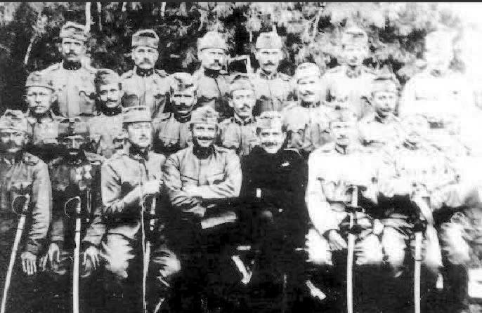 Subofiţerii din Arad ai artileriei călăreţe, 1914, în faţa plecării pe front. Traian este al patrulea, sus, de la stânga..jpg