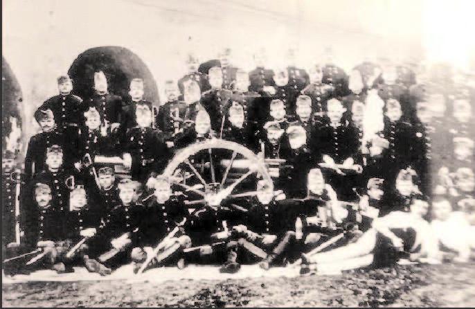 Bateria I a Regimentului de artilerie călăreaţă din Arad, 1907−1910. Traian este primul la stânga sus.jpg
