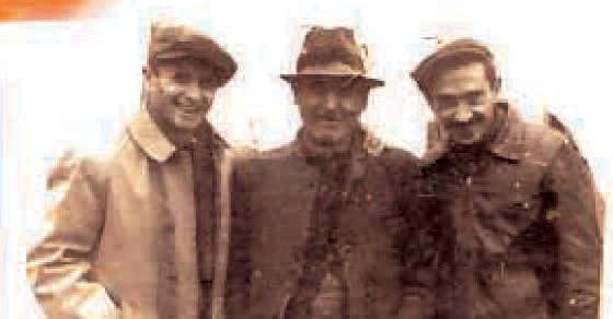 Traian C. Selejan (în mijloc) cu prietenii din Vârşeţ, în perioada când îndeplinea funcţia de primar al Coşteiului.jpg